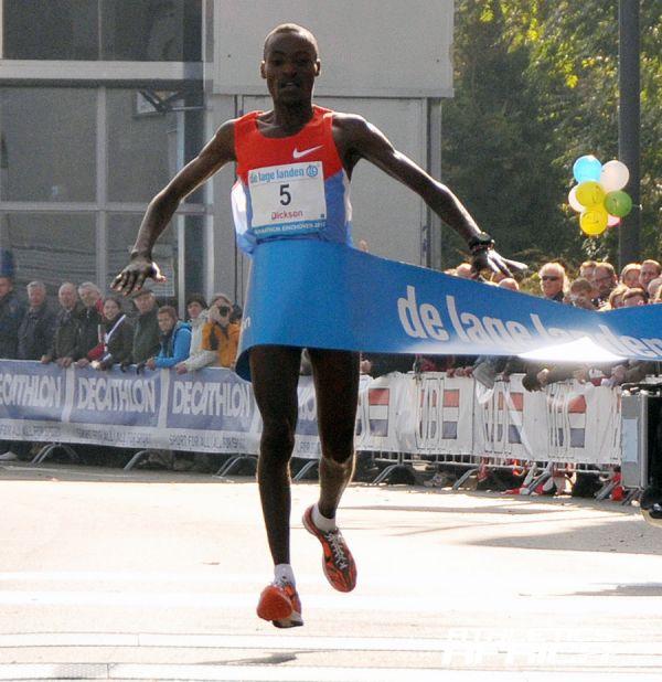 Dickson Chumba (KEN) winning at 2012 De Lage Landen marathon Eindhoven/Photo: Marathon Eindhoven Studio CLICK