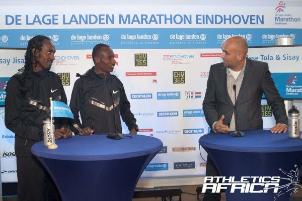 Sisay Jisa (ETH) & Tadesse Tola (ETH) with De Lage Landen Marathon Eindhoven race director Edgar de Veer / Photo credit: Studio CLACK