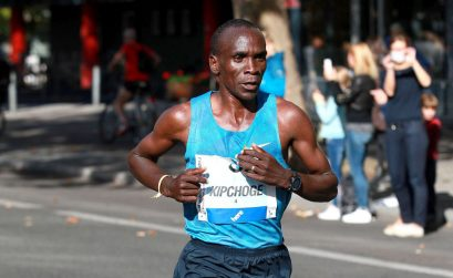 Eliud Kipchoge with his insoles flapping about winning at the 42nd BMW Berlin Marathon on 27 September 2015 / Photo credit: Photorun.net