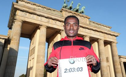 Ethiopian distance running legend Kenenisa Bekele at Brandenburg Gate / Photo credit: photorun.net