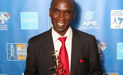 Eliud Kipchoge with the BMR 2015 trophy / Photo credit: SEGAS-AMA