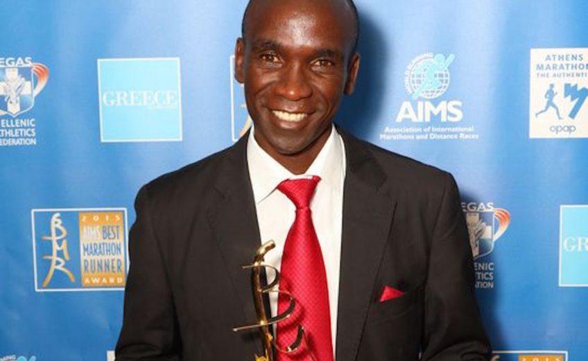 Eliud Kipchoge with the BMR 2015 trophy / Photo credit: SEGAS-AMA