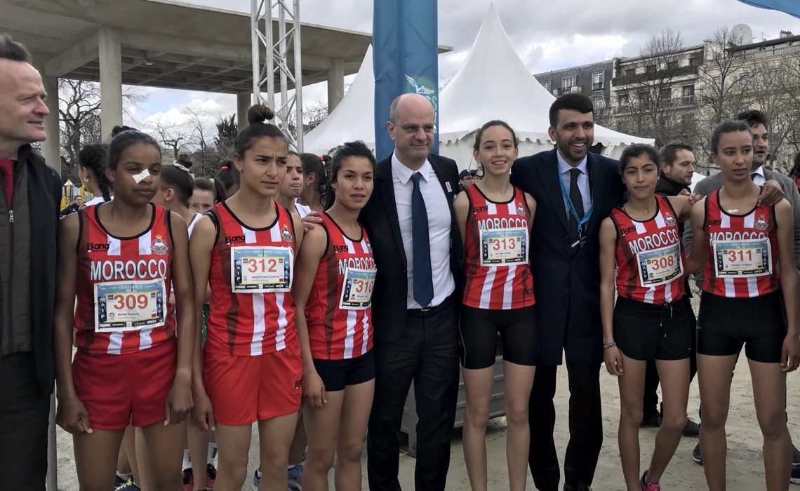 Hicham El Guerrouj with athletes from High School Qualifying Allal E IFRANE from Morocco at the 2018 International School Sport Federation World School Championship (WSC) Cross Country in Paris on Wednesday 4 April / Photo: UNSS