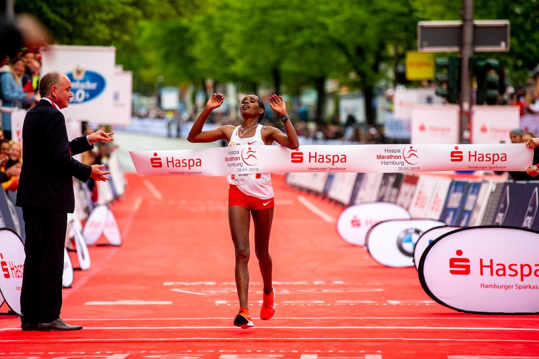 34. Haspa Marathon Hamburg 2019, Siegerinn Dibabe Kuma (ETH) / Photo Credit: Philipp Szyza / HOCH ZWEI